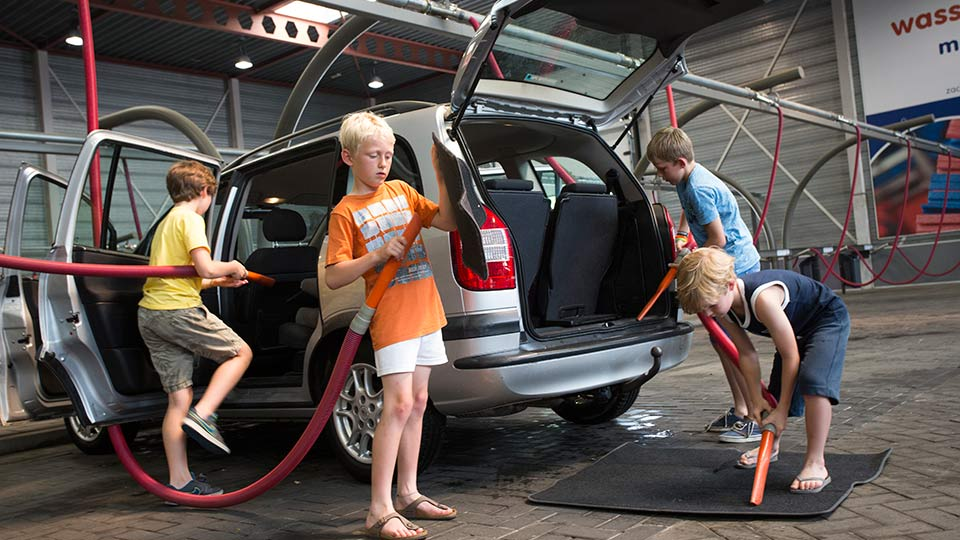 Kinderen stofzuigen de auto